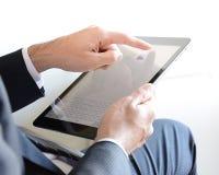 Manos del hombre de negocios usando la tableta Fotografía de archivo libre de regalías