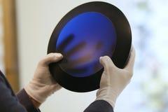 Manos del hombre en los guantes que sostienen el bol de vidrio del arte del azul de cobalto imágenes de archivo libres de regalías