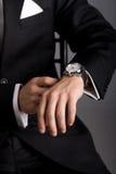 Manos del hombre en un juego negro Fotografía de archivo libre de regalías