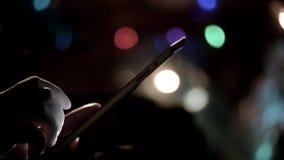 Manos del hombre que enrollan la cacerola de la Navidad de la tableta almacen de video