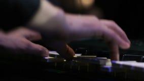 Manos del hombre que juegan el teclado en club de noche en la demostración almacen de metraje de vídeo