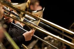 Manos del hombre que juegan el trombón Fotos de archivo libres de regalías