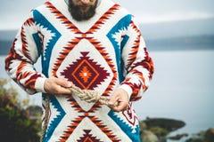 Manos del hombre que llevan a cabo forma de vida del viaje del nudo de la cuerda Foto de archivo libre de regalías