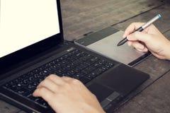 Manos del hombre que mecanografían en el ordenador portátil Foto de archivo libre de regalías