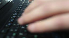 Manos del hombre que mecanografían en un teclado de ordenador metrajes