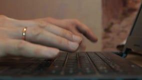 Manos del hombre que mecanografían en un teclado de ordenador almacen de video