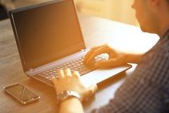 Manos del hombre que pulsan en el teclado de la computadora portátil Imagen de archivo