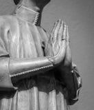 Manos del hombre que ruegan la escultura antigua Fotos de archivo