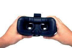 Manos del hombre que sostienen gafas de la realidad virtual Endecha plana Acción I Foto de archivo