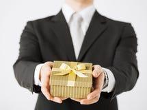 Manos del hombre que sostienen la caja de regalo Imágenes de archivo libres de regalías