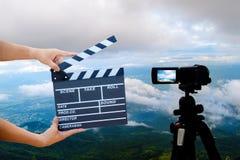 Manos del hombre que sostienen la chapaleta de la película Concepto del director de cine imagen del visor de la demostración de l imagenes de archivo