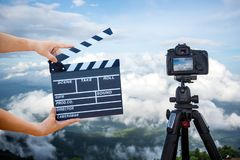 Manos del hombre que sostienen la chapaleta de la película Concepto del director de cine imagen del visor de la demostración de l imagen de archivo libre de regalías