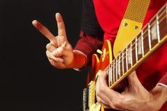 Manos del hombre que tocan la guitarra eléctrica en fondo oscuro Imágenes de archivo libres de regalías