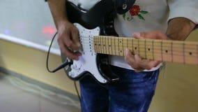 Manos del hombre que tocan la guitarra eléctrica Técnica de la curva metrajes