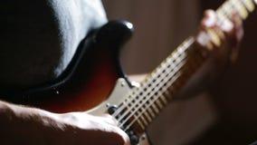 Manos del hombre que tocan la guitarra eléctrica Técnica de la curva Músico de la roca almacen de video