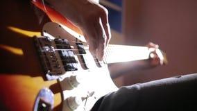 Manos del hombre que tocan la guitarra eléctrica Técnica de la curva Músico de la roca metrajes