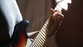 Manos del hombre que tocan la guitarra eléctrica Técnica de la curva Músico de la roca almacen de metraje de vídeo