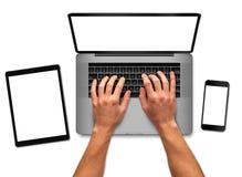 Manos del hombre que trabajan en el ordenador portátil Imagenes de archivo