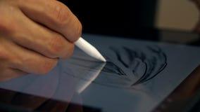 Manos del hombre que trabajan en la tableta gráfica El diseñador trabaja en la tableta gráfica en la PC