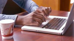 Manos del hombre usando el ordenador portátil almacen de video
