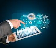 Manos del hombre usando la PC de la tableta Ciudad del negocio en tacto Imagen de archivo