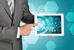 Manos del hombre usando la PC de la tableta Imagen del negocio Foto de archivo libre de regalías