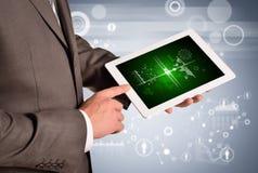 Manos del hombre usando la PC de la tableta Imagen del negocio Imagenes de archivo