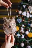 Manos del inconformista con el búho de la harpillera de la Navidad Fotografía de archivo