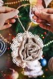 Manos del inconformista con el juguete de la decoración de la Navidad Foto de archivo libre de regalías