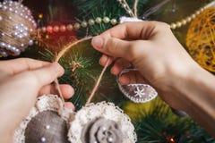 Manos del inconformista con el juguete de la Navidad Fotografía de archivo