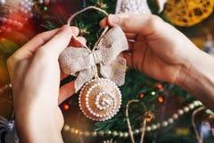 Manos del inconformista con la bola de la Navidad Imagen de archivo libre de regalías