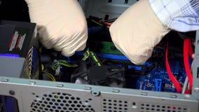 Manos del informático que instalan el módulo de la memoria ram de  almacen de video