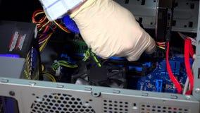 Manos del informático que substituyen el módulo de la memoria ram de  almacen de video