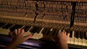 Manos del interior de Piano del pianista - martillos y llaves metrajes