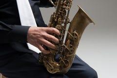 Manos del jugador de saxofón Imágenes de archivo libres de regalías