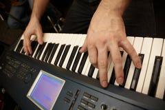 Manos del jugador de teclado en claves del sintetizador Imágenes de archivo libres de regalías