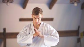 Manos del karate Sobre gimnasio de los artes marciales almacen de video