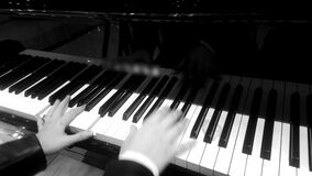 Manos del músico de sexo femenino profesional que juega la melodía en piano, efecto retro almacen de video