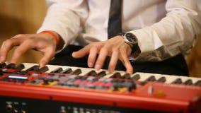 Manos del músico en el teclado de un teclado de piano Es un contenido real de la música del alma Llave blanco y negro Sonido del  almacen de metraje de vídeo