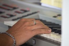 Manos del músico jugar las llaves del synth electrónico fotografía de archivo libre de regalías
