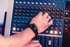 Manos del músico que adaptan el primer del panel de los sonidos Fotografía de archivo libre de regalías