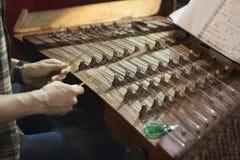 Manos del músico que juegan el dulcémele Fotos de archivo