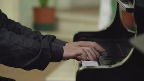 Manos del músico que juegan el piano FDV