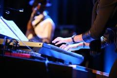 Manos del músico que juegan el teclado Imágenes de archivo libres de regalías