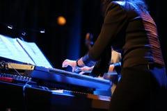 Manos del músico que juegan el teclado Foto de archivo libre de regalías