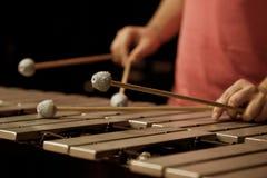 Manos del músico que juegan el vibráfono Fotografía de archivo