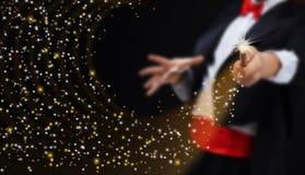 Manos del mago con las estrellas chispeantes Foto de archivo