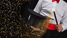 Manos del mago con las estrellas chispeantes Imágenes de archivo libres de regalías