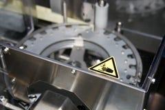 Manos del mantiene de la muestra del peligro de la máquina Fotografía de archivo