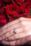 Manos del marido y de la esposa que muestran el anillo de compromiso Foto de archivo libre de regalías